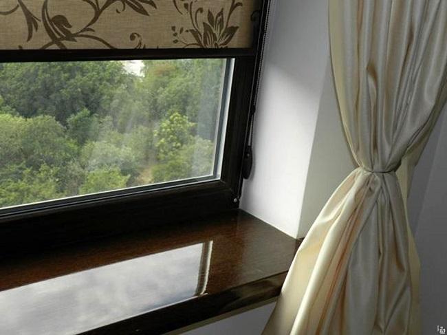 черные окна с бежевыми шторами и рулонными