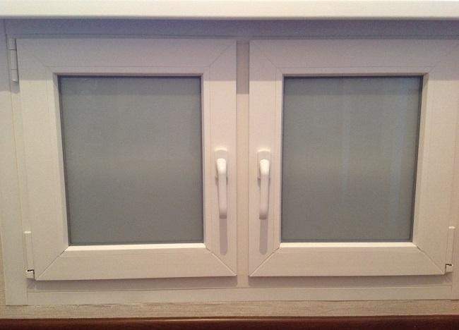 холодильник под окном с матовыми стеклами