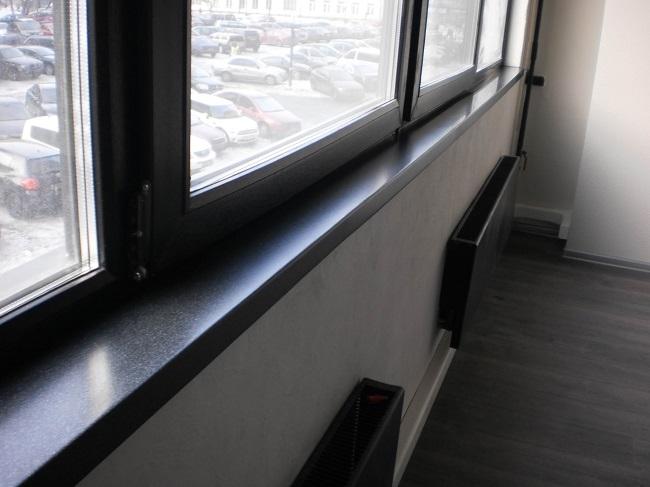 черные окна в тон с радиаторами