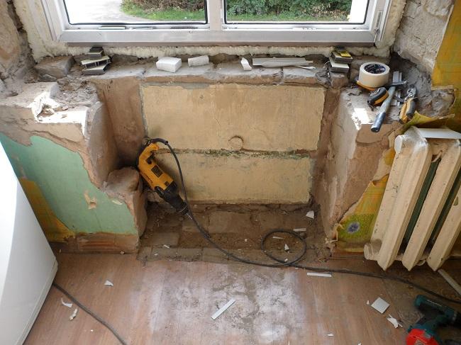 снятие старого холодильника под окном