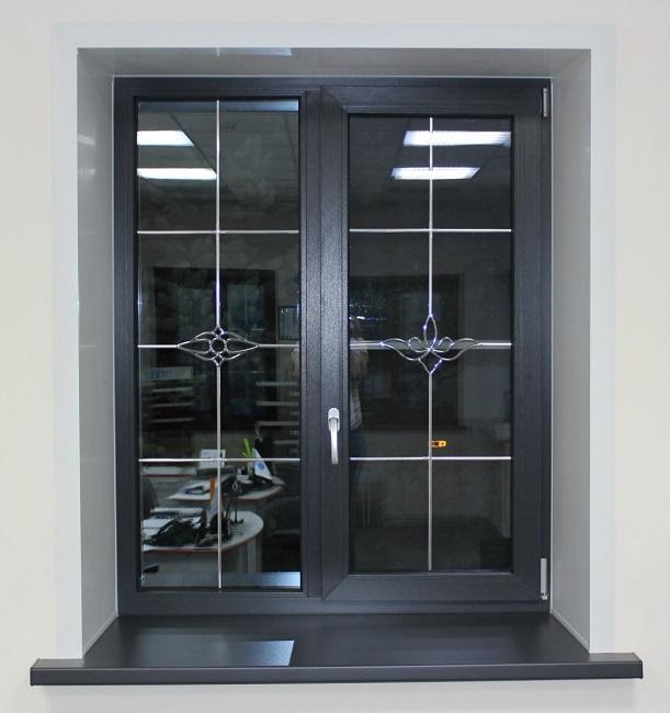 Черные окна с декоративной раскладкой