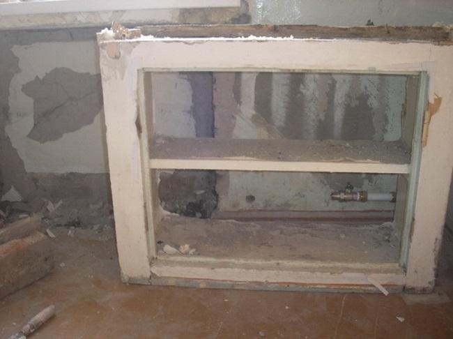 убираем старый холодильник под окном