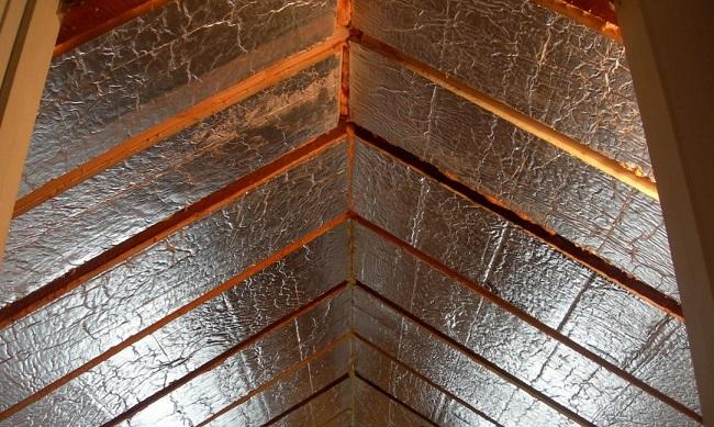 утепление потолка дома изнутри фольгированным утеплителем