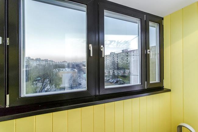 черные окна с желтым в интерьере