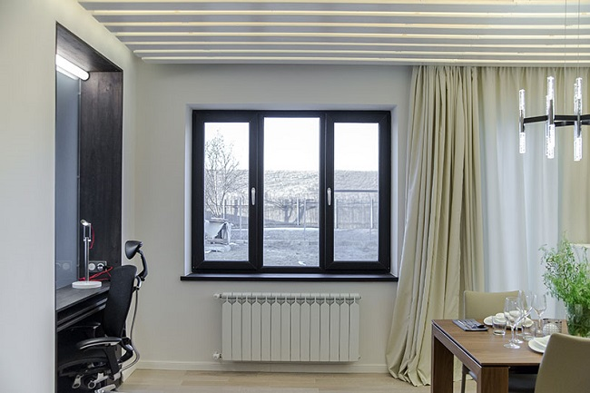 черные окна в интерьере гостинной