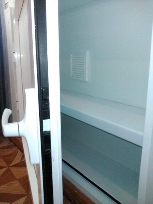 вентиляционное отверстие холодильника под окном