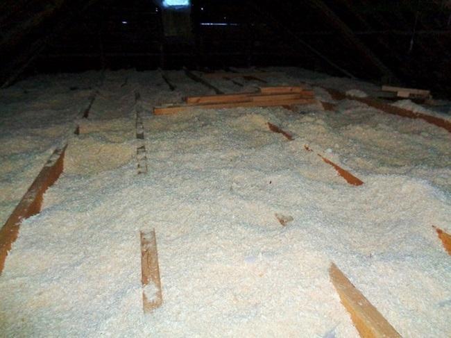 утепление потолка частного дома опилками