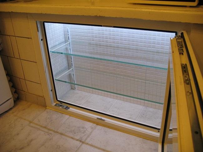 холодильник под окном с внутренней отделкой