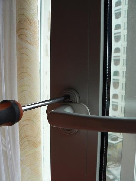 затягиваем винты ручки окна