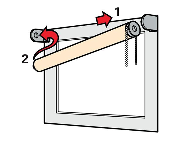 вставляем рулонные шторы в кронштейны