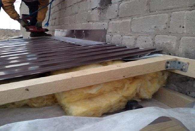 монтаж отлива от стены балкона