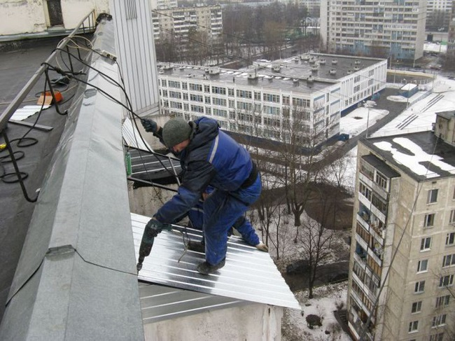 монтаж крыши балкона из профнастила
