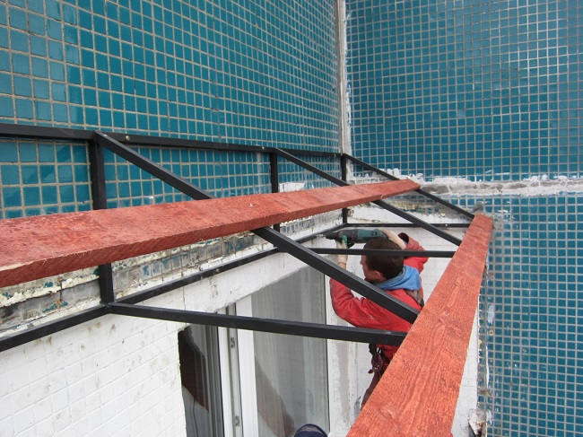 установка крыши балкона из металлопрофиля