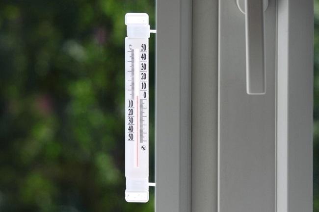 жидкостный градусник на пластиковое окно