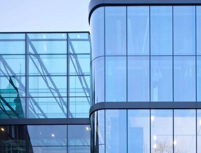 фасад здания с монолитным остеклением