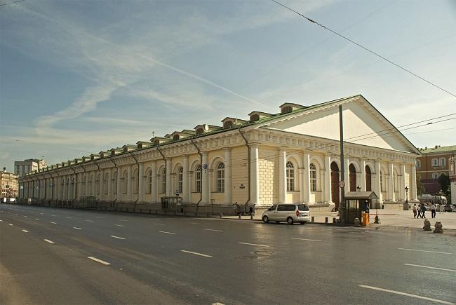здание манежа со слуховыми окнами
