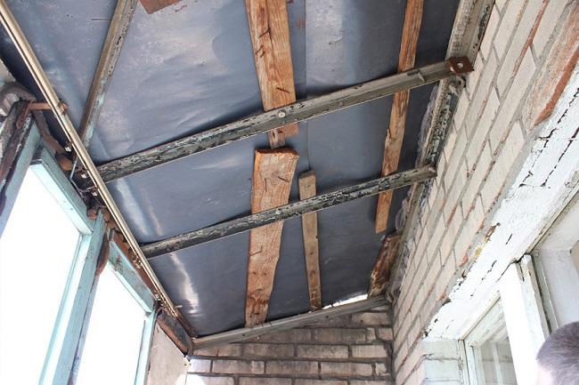 ремонт каркасной крыши балкона