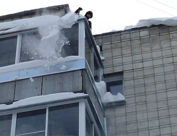 очистка крыши балкона от снега