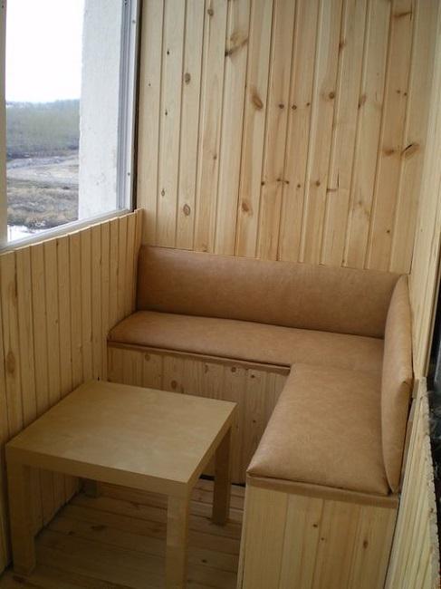 скамейка оббитая поролоном и тканью на балкон