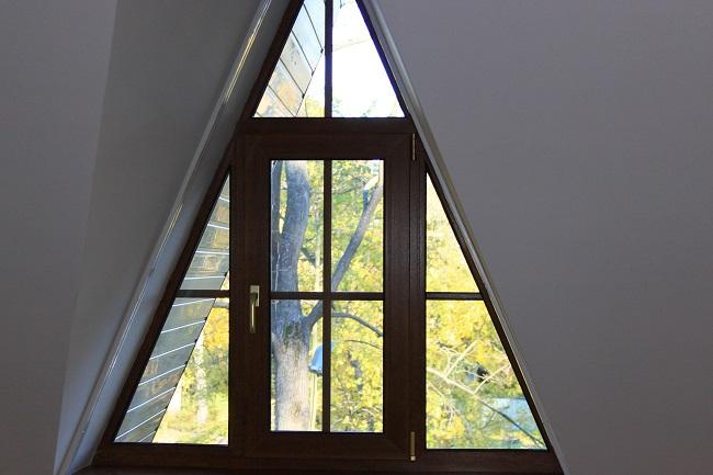 ламинированные треугольные окна