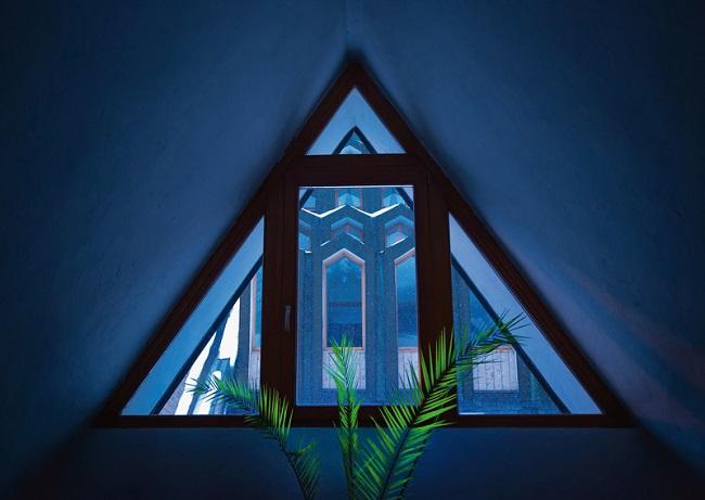 треугольное окно с равносторонними углами