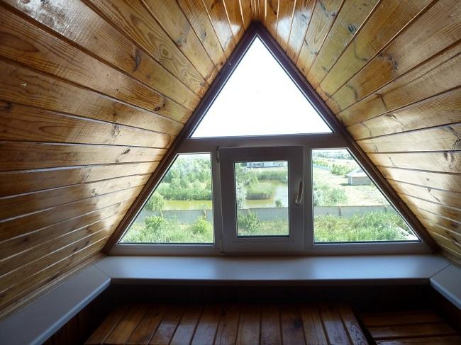 треугольное окно во фронтоне