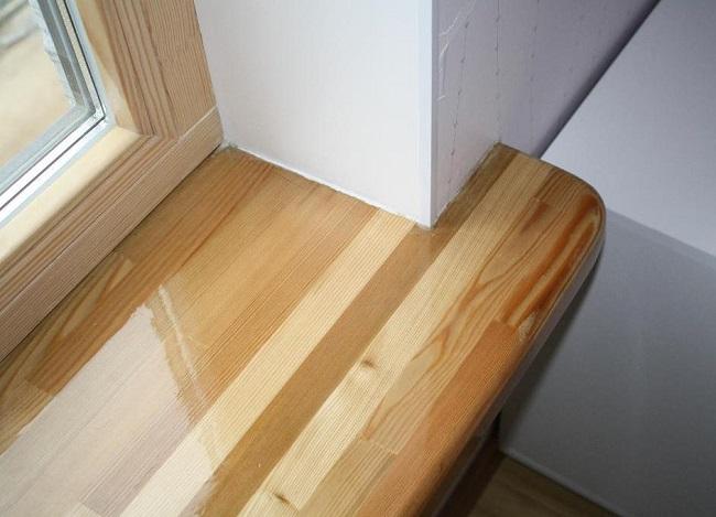 деревянный подоконник из узких брусков