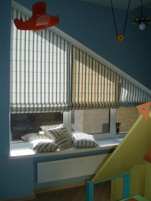 римские шторы на скошенное окно