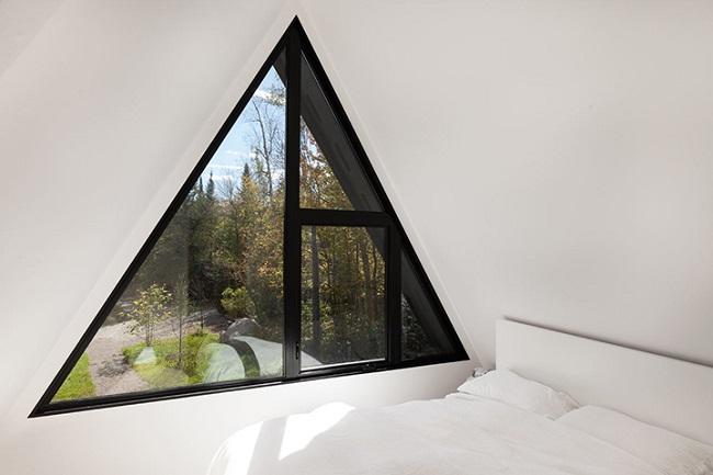 треугольные окна в интерьере комнаты