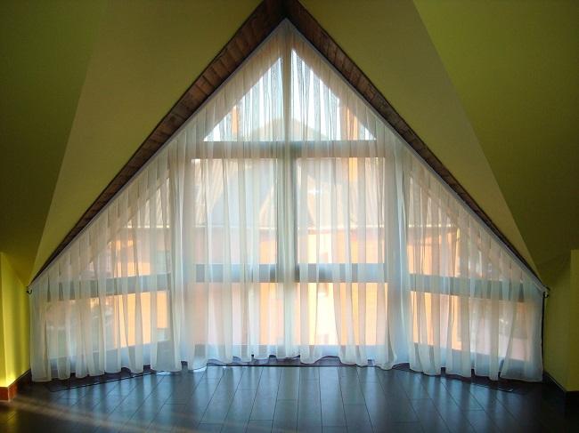 легкие занавески на треугольные окна