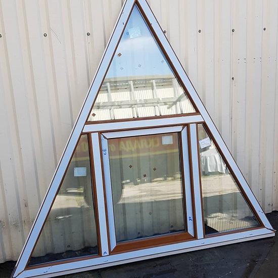 симметричное треугольное окно