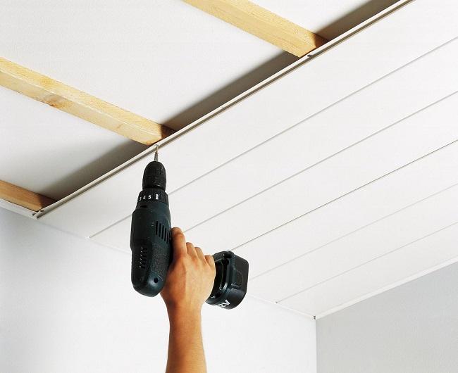 монтаж пвх вагонки на потолок