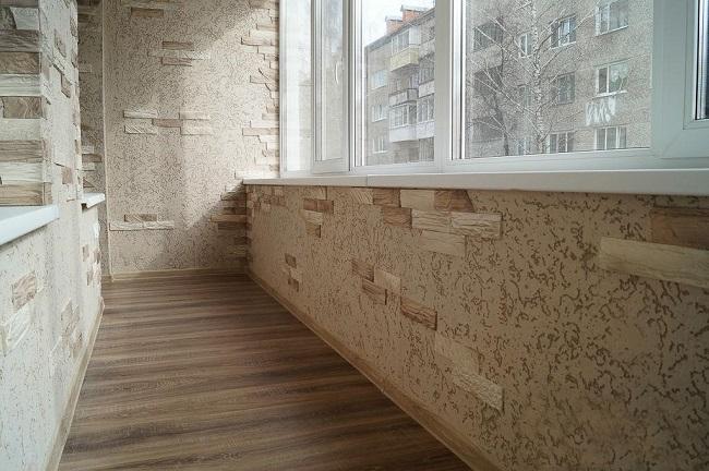 отделка балкона декоративной штукатуркой и камнем