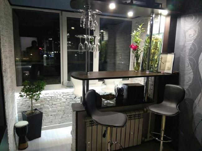 Барные стойки между кухней и балконом