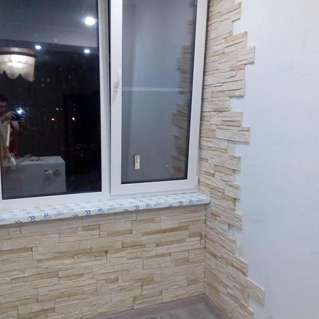 потихонечку приклеиваем камень на стену балкона
