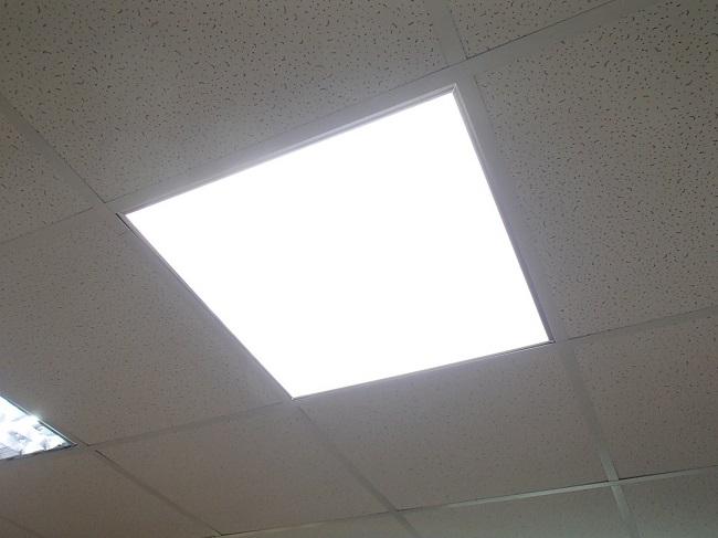 светодиодная панель в потолке армстронг