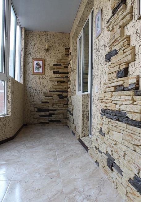 отделка балкона камнем и пробковыми панелями