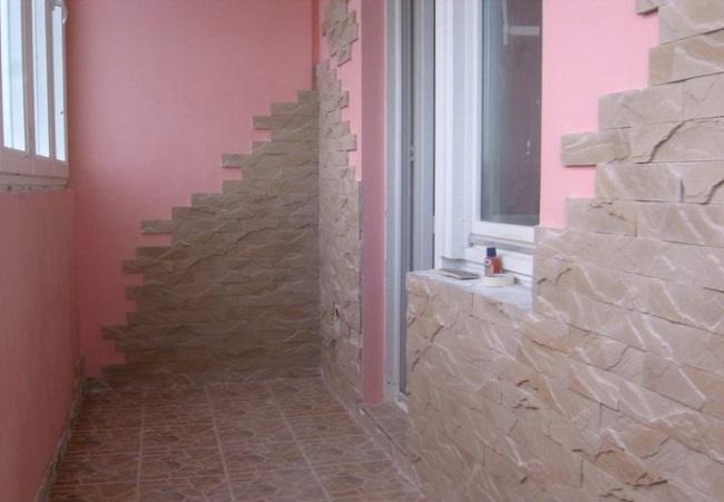 отделка балкона декоративным камнем и покраской
