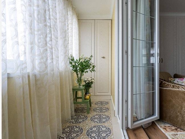 дизайн балкона в теплых тонах