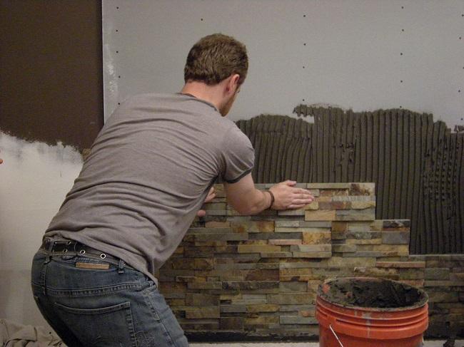 прикладываем декоративный камень к стене