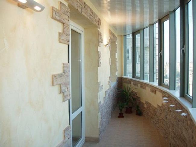 декорирование стен балкона камнем