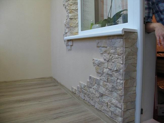 отделка углов балкона декоративным камнем