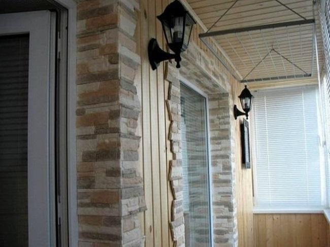 сочетание вагонки с декоративным камнем в интерьере балкона