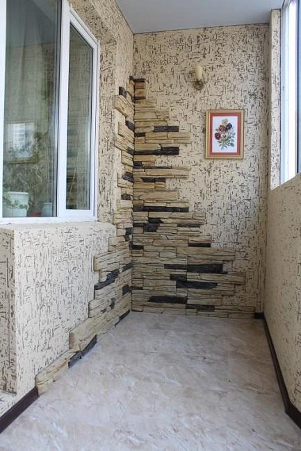 отделка декоративным камнем в углах балкона