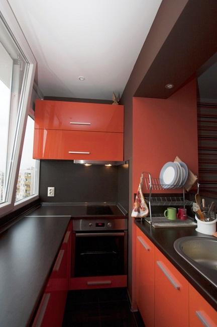 кухня в красно черном цвете на лоджии