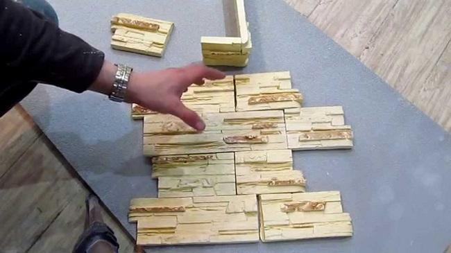 раскладываем декоративный камень на полу