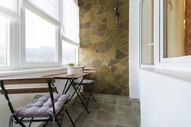 отделка балкона под камень