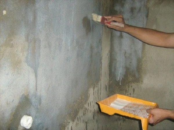 грунтование стен на балконе
