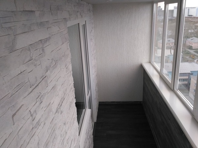 Сочетание камня, штукатурки и ламината на балконе