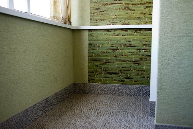 отделка балкона декоративной штукатуркой в зеленом цвете короед